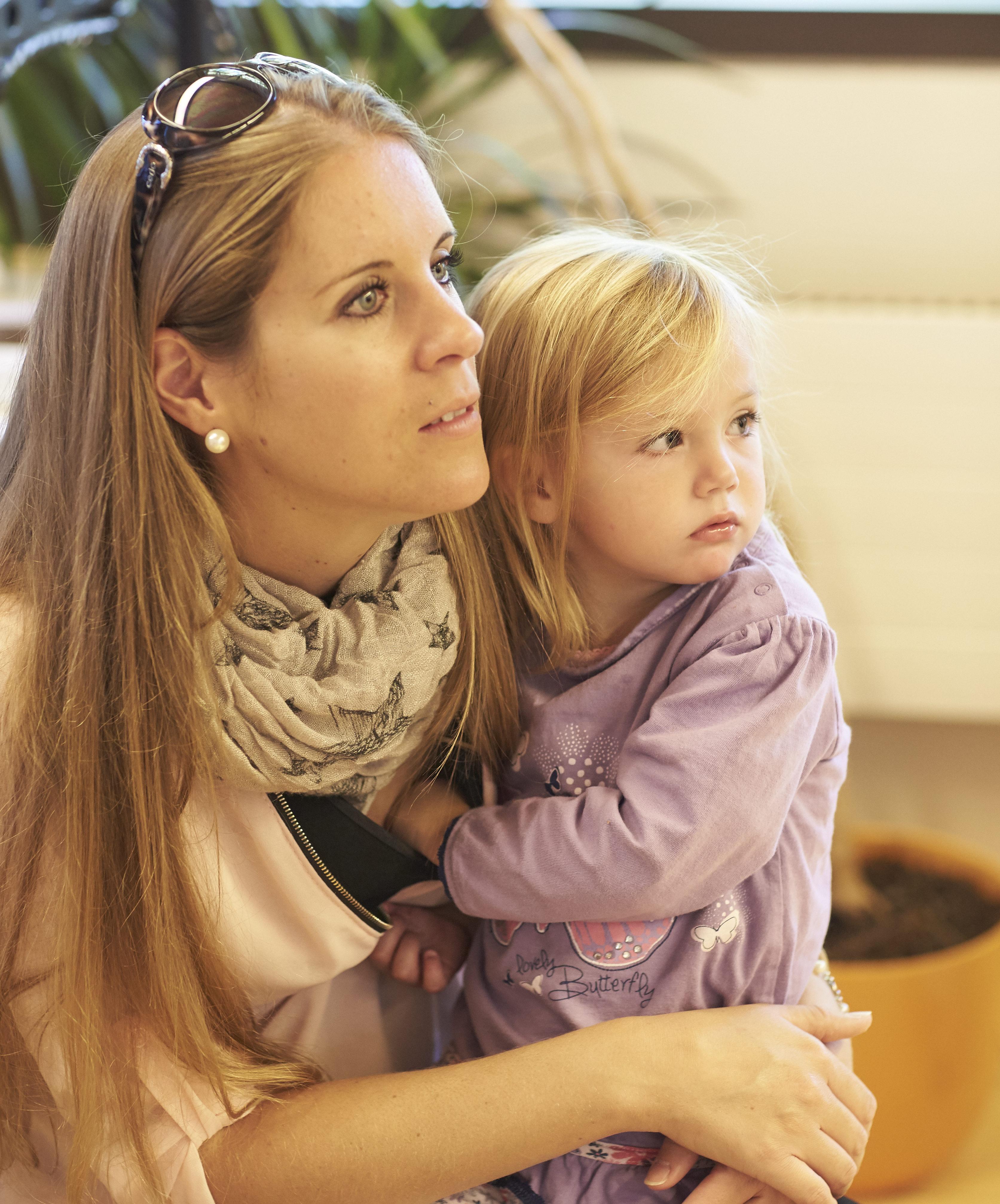 Mama und Tochter bei Arzt